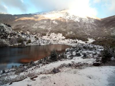 Réveil fraîchement matinal à l'étang de Lers et blanc accueil pour les pêcheurs courageux!